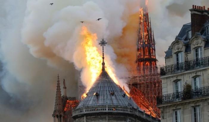 Notre Dame sous les flammes. (Paris)